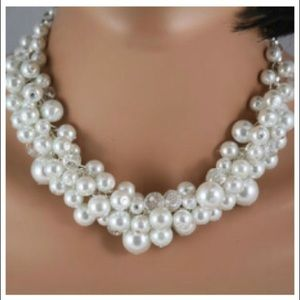 Statement pearl necklace in white pearls